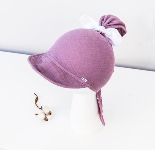 Baby Nellys Ľahká mušelínová šatka so šiltom na zaväzovanie + mašle, fialový