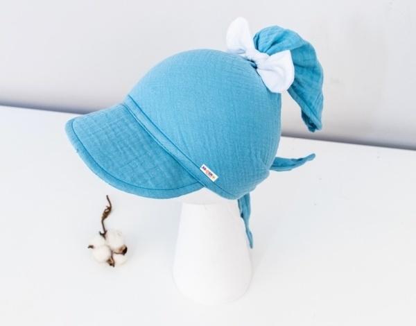 Baby Nellys Ľahká mušelínová šatka so šiltom na zaväzovanie + mašle, modrý