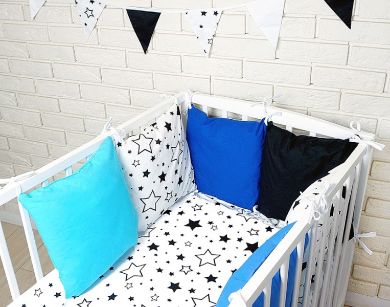 Baby Nellys Vankúšikový mantinel s obliečkami - hviezdičky, čierna/biela/modrá, 135x100 cm